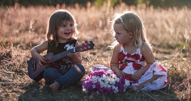 Mal rockig mit der Gitarre und dem Blumenmädchen